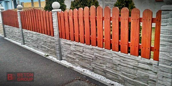 Betonumzaunungen mit einer Holzplatte3